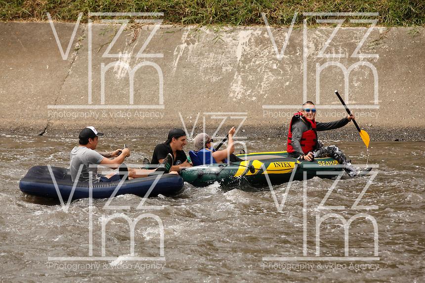 MEDELLÍN - COLOMBIA, 121 - 02 - 2017:  Aspecto de la caravana que recorrió 5 kilómetros por el Río Medellín desde el Puente 4 Sur hasta llegar al Centro de Espectáculos La Macarena cuyo objetivo es llamar la atención por el deterioro paulatino del Río Medellín, clamar por una mayor atención por este afluente que atraviesa el Valle de Aburrá y que es utilizado por muchos para depositar todos sus desperdicios. / Aspect of the caravan that traveled 5 kilometers along the Medellín River, from Puente 4 Sur to the La Macarena Show Center, whose objective is to draw attention to the gradual deterioration of the Medellín River, to call for greater attention by this tributary that Crosses the Valley of Aburrá and is used by many to deposit all their waste. Photo: VizzorImage/ León Monsalve / Cont