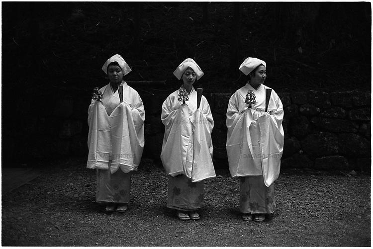 Shrine maidens during Yayoi festival in Nikko, Japan.<br /> <br /> Jeunes filles du sanctuaire lors du festival Yayoi à Nikko, au Japon.