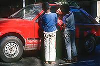 Crianças de rua vendendo doces em cruzamento. São Paulo. 1991. Foto de Juca Martins.