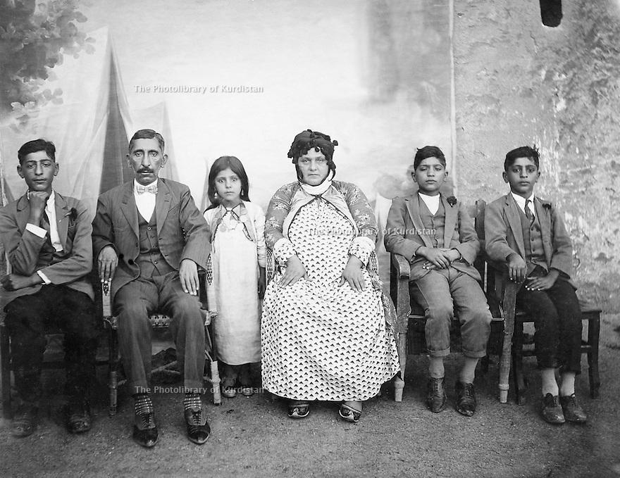 Iraq 1929.A Kurdish family in Kirkuk: Mulla Kader's family   .Irak 1929 .Une famille kurde de Kirkouk de la famille de Mulla Kader