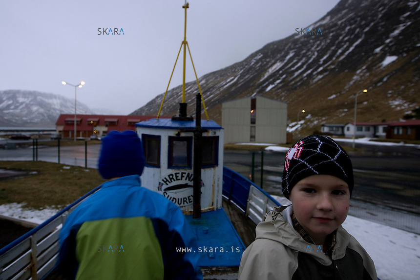 At 11 am Pawel has been in the kindergarten for three hours and still has four to go. Even this late in the morning the street has to be lit up as the darkness has not yet lifted. Pawel says he only plays with action figures that fight, but he and Kristofer, also from Poland, are playing on the boat in the kindergartens garden. Half of the 20 children that stay in the kindergarten have at least one foreign parent.