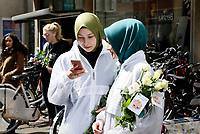 Nederland  Haarlem  2017. Actie : Hallo, wij zijn Moslims.  Er zijn veel mensen die een kritische houding hebben ten opzichte van moslims. Een gebrek aan dialoog is een van de oorzaken hiervan. Onder het motto 'samen werken aan een betere wereld' gaan moslimjongeren op zaterdag 29 april door het hele land de straat op om rozen uit te delen, zichzelf voor te stellen en het gesprek aan te gaan met hun medeburgers. Tussendoor wordt er even gekeken op het mobieltje.    Foto mag niet in negatieve context gebruikt worden .      Foto Berlinda van Dam / Hollandse Hoogte