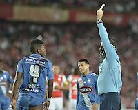 BOGOTÁ - COLOMBIA -29-09-2015: Dario Ubriaco (URU), arbitro, muestra la tarjeta amarilla a Fernando Pinillo durante el encuentro de vuelta entre Independiente Santa Fe (COL) y Emelec (ECU) por octavos de final, llave C, de la Copa Sudamericana 2015 jugado en el estadio Nemesio Camacho El Campín de la ciudad de Bogota./ Dario Ubriaco (URU), referee, swows the yellow card to Fernando Pinillo during secong leg match between Independiente Santa Fe (COL) and Emelec (ECU) for the knockout stages, key C, of the Copa Sudamericana 2015 played at Nemesio Camacho El Campin stadium in Bogota city.  Photo: VizzorImage/ Gabriel Aponte /Staff