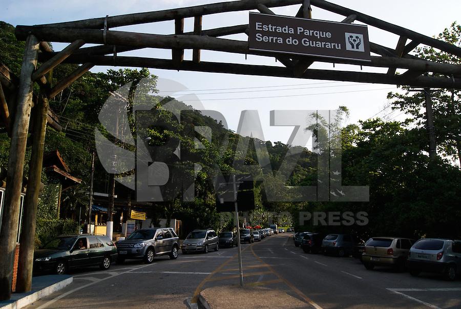 BERTIOGA, SP, 04 DE JANEIRO 2012 – BERTIOGA BALSA - Motoristas entrenfam fila para fazer a travessia pela Balsa, Bertioga-Guaruja, neste fim de tarde. FOTO: DEBBY OLIVEIRA - NEWS FREE