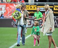 FC Twente - Standard Femina : Tia Hellebaut met haar dochters  Saartje en Lotte Vandeven <br /> foto DAVID CATRY / Nikonpro.be