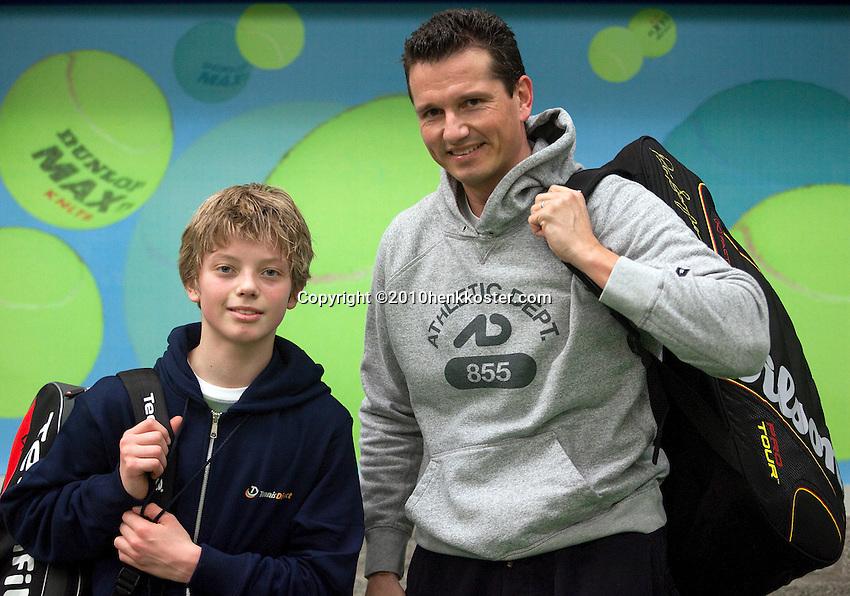 18-03-10, Almere, Tennis, Richard Krajicek traint met Tim van Rijthoven