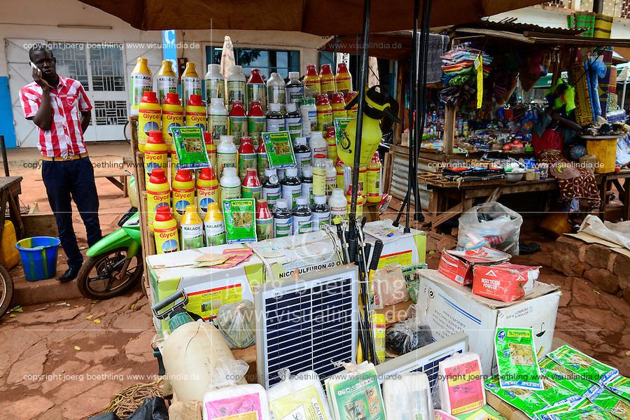 BURKINA FASO, Bobo Dioulasso, market, sale of pesticides, fertilizer, seeds, solar panel / Marktstand mit Pestiziden, Herbiziden, Dünger, Saatgut, Solar Panel