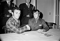 Les boxeurs Fernand Marcotte et Reynald Cantin le 17 novembre 1971 lors de  la signature du contrat pour un combat le 6 decembre 1971 au Colisee de Québec<br /> <br /> <br /> Photo : Photo Moderne - © Agence Quebec Presse