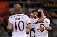Calcio, Champions League, Gruppo E: Roma vs Bayern Monaco. Roma, stadio Olimpico, 21 ottobre 2014.<br /> Bayern's Robert Lewandowski, right, celebrates with teammates after scoring during the Group E Champions League football match between AS Roma and Bayern at Rome's Olympic stadium, 21 October 2014.<br /> UPDATE IMAGES PRESS/Isabella Bonotto