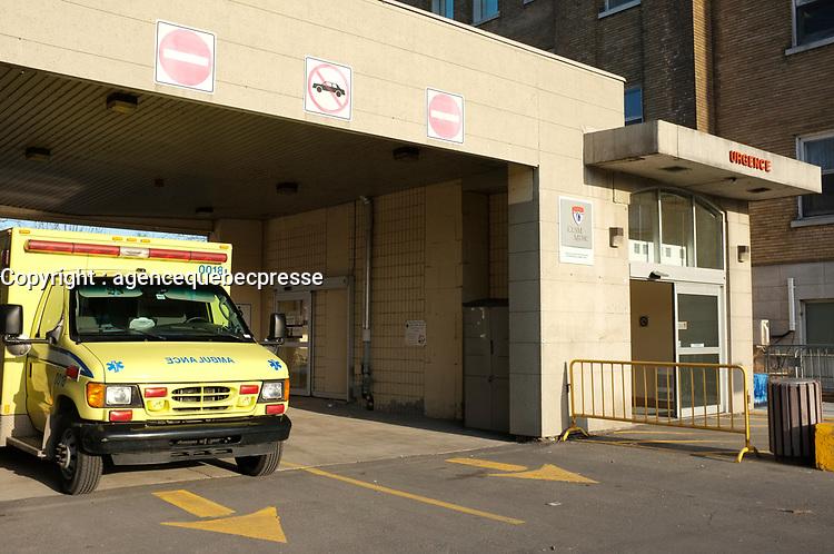Montreal (QC) CANADA -  April2012 file photo -<br /> <br /> Ambulance aux urgences de l'hopital de Lachine<br /> <br /> PHOTO : Pierre Roussel - Agence Quebec Presse
