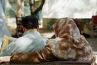 Nach dem Erdbeben im August in der Tuerkei leben tausende Menschen in Zeltlagern und Behilfszelten. Da viele Menschen nicht von ihren Haeusern weg wollen, zelten sie in Parks und auf Plaetzen, wo die hygienischen Zustaende sehr schlecht sind. Aussicht auf Besserung der Situation besteht zwei Monate nach dem Beben nicht.<br /> Hier: Ein Ehepaar beim Zeitungslesen vor ihrem Zelt im Yaricuma-Park in Izmit.<br /> 13.10.1999, Izmit/Tuerkei<br /> Copyright: Christian-Ditsch.de<br /> [Inhaltsveraendernde Manipulation des Fotos nur nach ausdruecklicher Genehmigung des Fotografen. Vereinbarungen ueber Abtretung von Persoenlichkeitsrechten/Model Release der abgebildeten Person/Personen liegen nicht vor. NO MODEL RELEASE! Nur fuer Redaktionelle Zwecke. Don't publish without copyright Christian-Ditsch.de, Veroeffentlichung nur mit Fotografennennung, sowie gegen Honorar, MwSt. und Beleg. Konto: I N G - D i B a, IBAN DE58500105175400192269, BIC INGDDEFFXXX, Kontakt: post@christian-ditsch.de<br /> Bei der Bearbeitung der Dateiinformationen darf die Urheberkennzeichnung in den EXIF- und  IPTC-Daten nicht entfernt werden, diese sind in digitalen Medien nach §95c UrhG rechtlich geschützt. Der Urhebervermerk wird gemaess §13 UrhG verlangt.]