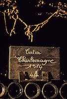 Europe/France/Bourgogne/21/Côte d'Or/Nuits Saint Georges: Les caves de la maison Charles Vienot - Détail de vieilles bouteilles AOC Corton Charlemagne