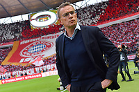 Ralf Rangnick sagt dem FC Bayern ab und wird nicht Trainer. Archivfoto: Ralf RANGNICK Trainer L, Einzelbild,angeschnittenes Einzelmotiv,Halbfigur,halbe Figur, Hi:Bayern Fanblock mit Riesen Bayern Vereinswappen,Emblem. Fussball,Saison 2018/19, DFB Pokal Finale RB Leipzig L - FC Bayern Muenchen M 0-3, im Olympiastadion in Berlin am 25.05.2019.  *** Ralf Rangnick cancels the FC Bayern and will not coach archive photo Ralf RANGNICK coach L, single picture, cut single motive, half figure, half figure, Hi Bavaria fan block with giant Bavaria club coat of arms, emblem football, season 2018 19, DFB cup final RB Leipzig L FC Bavaria Munich M 0 3, in the olympia stadium in Berlin to 25 05 2019