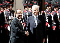 Il Presidente del Consiglio Mario Monti, a destra, stringe la mano al Presidente della Repubblica Francese Francois Hollande a Palazzo Chigi, Roma, 14 giugno 2012..Italian Premier Mario Monti, right, shakes hands with French President Francois Hollande at Chigi Palace, Rome, 14 june 2012..UPDATE IMAGES PRESS/Riccardo De Luca