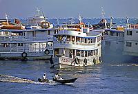 Barcos no porto de Manaus. Amazonas. 1994. Foto de Juca Martins.