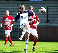 RSC Anderlecht Dames - Standard Femina : Standard kampioen 2010 - 2011 : Marijke Callebaut met de balcontrole voor Julie Biesmans.foto DAVID CATRY / Vrouwenteam / Loft6