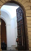 Alle ore 20,00, orario previsto per la fine del Pontificato di Papa Benedetto XVI, una Guardia Svizzera chiude il portone del Palazzo Pontificio a Castel Gandolfo. 28 febbraio 2013.<br /> At 8,00 pm, after the end of Pope Benedict XVI Pontificate, a Swiss Guard closes the Pontifical Palace's main door in Castel Gandolfo. 28 February 2013.<br /> UPDATE IMAGES PRESS/Isabella Bonotto<br /> STRICTLY ONLY FOR EDITORIAL USE