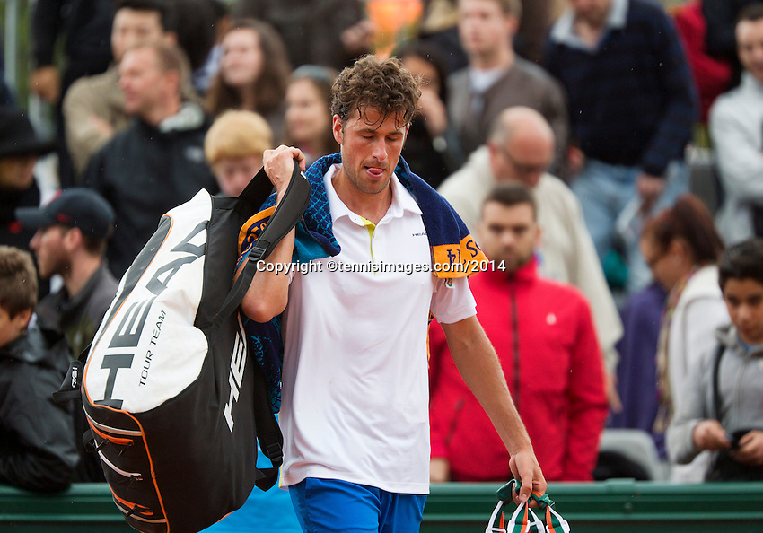 France, Paris, 28.05.2014. Tennis, French Open, Roland Garros, Robin Haase (NED) leaves the court after losing to Klizan (SVK)<br /> Photo:Tennisimages/Henk Koster