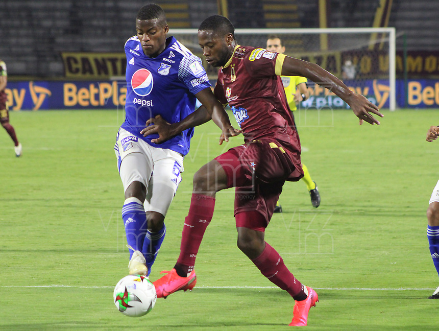 IBAGUE - COLOMBIA, 06-10-2020: Leyvin Balanta del Tolima disputa el balón con Andres Felipe Roman de Millonarios durante partido entre Deportes Tolima y Millonarios por la fecha 12 de la Liga BetPlay DIMAYOR 2020 jugado en el estadio Manuel Murillo Toro de la ciudad de Ibagué. / Leyvin Balanta of Tolima vies for the ball with Andres Felipe Roman of Millonarios during match between Deportes Tolima and Millonarios for the date 12 as part BetPlay DIMAYOR League 2020 played at Manuel Murillo Toro stadium in Ibague city.  Photo: VizzorImage / Juan Torres / Cont