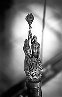 Belgrado, Mausoleo di Josep Broz Tito (Casa dei Fiori) presso il Museo della Storia della Jugoslavia. Particolare di un bastone delle Staffette della Gioventù: le figure di un uomo e una donna che sorreggono una fiaccola e lo stemma della Repubblica Socialista di Serbia --- Belgrade, Mausoleum of Josep Broz Tito (House of Flowers) at the Museum of Yugoslav History. Detail of a baton of the Relay of Youth: the figures of a man and a woman holding a torch and the coat of arms of the Socialist Republic of Serbia