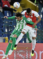 BOGOTÁ - COLOMBIA, 28-07-2018: Yeison Gordillo (Der.) jugador de Santa Fe disputa el balón con Gonzalo Castellani (Izq.) jugador del Nacional durante el encuentro entre Independiente Santa Fe y Atlético Nacional por la fecha 2 de la Liga Águila II 2018 jugado en el estadio Nemesio Camacho El Campin de la ciudad de Bogotá. / Yeison Gordillo (R) player of Santa Fe struggles for the ball with Gonzalo Castellani (L) player of Nacional during match between Independiente Santa Fe and Atletico Nacional for the date 2 of the Aguila League II 2018 played at the Nemesio Camacho El Campin Stadium in Bogota city. Photo: VizzorImage/ Gabriel Aponte / Staff