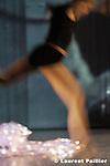 Au théâtre de l'étoile du Nord à Paris..Mise en scène et chorégraphie : Claudia Gradinger, compagnie Les princes de rien..Avec : Simone Matéos, Laurence Langlois, et Claudia Gradinger..Images : Laure Mazé, Romy et Laurence Langlois..Musique : Jean Luc Priano..Régie Vidéo : Romy..Scénographie et lumières : Eric Lamy