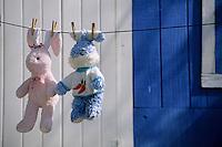 Les Bahamas /Ile d'Eleuthera/Harbour Island/Dunmore Town: détail jouet d'enfant - peluche - séchant devant une Maison coloniale du front de mer du village