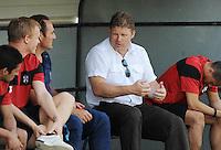 KV Kortrijk : trainer Hein Vanhaezebrouck geeft uitleg aan de bankzitters..Foto VDB / BART VANDENBROUCKE