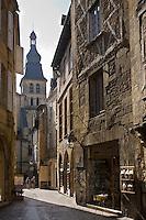 Europe/France/Aquitaine/24/Dordogne/Vallée de la Dordogne/Périgord Noir/Sarlat-la-Canéda: Rue de la liberté et cathédrale Saint Sacerdos