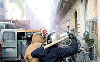 Incidenti tra manifestanti e forze dell'ordine al corteo degli studenti a Roma, 14 dicembre 2010..Students clash against antiriot revenue officers during a protest in Rome, 14 december 2010..© UPDATE IMAGES PRESS/Riccardo De Luca