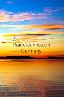 Deutschland, Bayern, Chiemgau, Chieming am Chiemsee: Abendstimmung am Chiemsee | Germany, Bavaria, Chiemgau, Chieming at Lake Chiemsee: dusk at lake Chiemsee