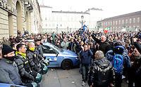 Le Forze dell'Ordine si tolgono il casco in segno di distensione dopo gli scontri durante la protesta dei Forconi davanti alla sede della Regione Piemonte in piazza Castello a Torino Torino 09/12/2013  Foto Stringer / Insidefoto