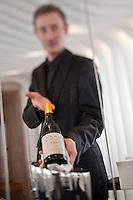 Europe/France/Auverne/63/Puy-de-Dôme/Durtol: Service du vin au Restaurant: Le Pré Carré