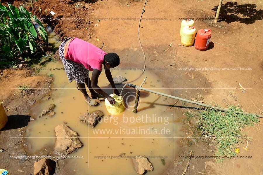 KENYA, Mount Kenya East, Mitunguu, village Karima Kaathi, water supply by pipe from source, women fill jerry cans / KENIA, Wasserversorgung durch eine Wasserleitung von einer Quelle, Frauen holen Wasser von einer oeffentlich zugaenglichen Wasserstelle des Leitungssystems