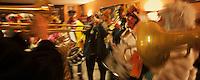 Europe/France/Nord-Pas-de-Calais/59/Nord/Dunkerque: Carnaval de Dunkerque, dans un café une bande seretrouve et se prépare vant de partir au Carnaval
