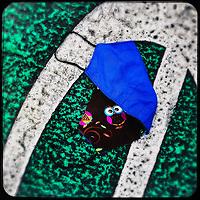 Eine gebrauchte medizinische Schutzmaske liegt auf der Strasse in Berlin.<br /> 2.5.2020, Berlin<br /> Copyright: Christian-Ditsch.de