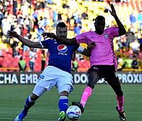 BOGOTÁ - COLOMBIA, 22-07-2018: Andrés Cadavid (Izq.) jugador de Millonarios disputa el balón con Jhon Arboleda (Der.) jugador de Boyacá Chicó F. C., durante partido de la fecha 1 entre Millonarios y Boyacá Chicó F. C., por la Liga Aguila II-2018, jugado en el estadio Nemesio Camacho El Campin de la ciudad de Bogota. / Andrés Cadavid (L) player of Millonarios vies for the ball with Jhon Arboleda (R) player of Boyaca Chico F. C., during a match of the 1st date between Millonarios and Boyaca Chico F. C., for the Liga Aguila II-2018 played at the Nemesio Camacho El Campin Stadium in Bogota city, Photo: VizzorImage / Luis Ramirez / Staff.