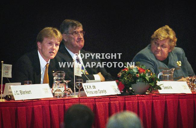 Arnhem,220200  foto:koos groenewold<br />prins willem alexexander spreekt voor het eerst op de vergadering van het noc*nsfnaast hem anton geesink en erica terpstra.