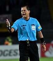 BOGOTA - COLOMBIA - 20 - 02 - 2018: Victor Carrillo, arbitro peruano, durante partido de vuelta entre Independiente Santa Fe (COL) y Santiago Wanderers (CHL), de la fase 3 llave 1, por la Copa Conmebol Libertadores 2018, jugado en el estadio Nemesio Camcho El Campin de la ciudad de Bogota. / Victor Carrillo, peruvian referee, during a match for the second leg between Independiente Santa Fe (COL) and Santiago Wanderers (CHL), of the 3rd phase key 1, for the Copa Conmebol Libertadores 2018 at the Nemesio Camacho El Campin Stadium in Bogota city. Photo: VizzorImage  / Luis Ramirez / Staff.