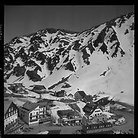 (Haute-Pyrénées). 3 Mars 1965. Vue du village de La Mongie depuis le Pic du Midi.
