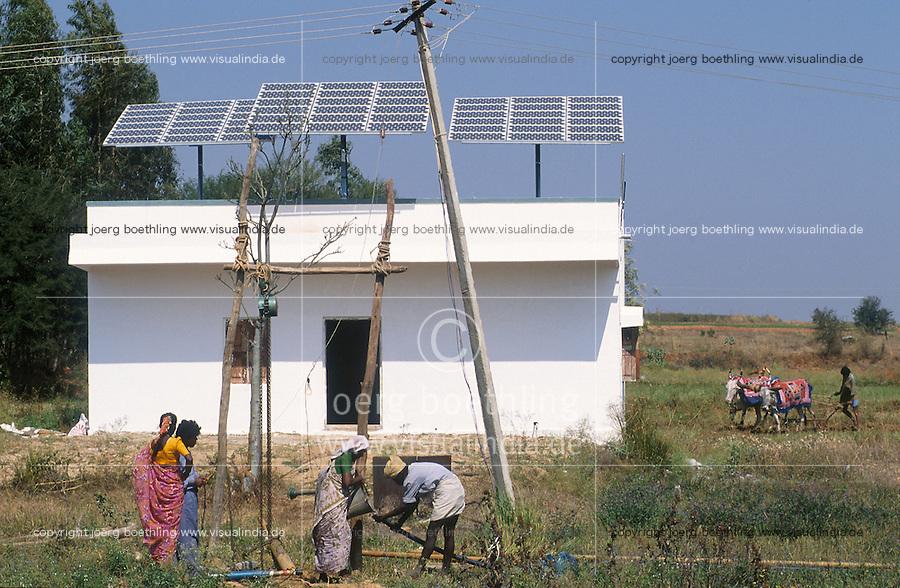 INDIA, Karnataka, solar panels for electric water pump at farm near Bangalore /  INDIEN, Photovoltaik Anlage fuer Antrieb einer Wasserpumpe auf einem Bauernhof  bei Bangalore