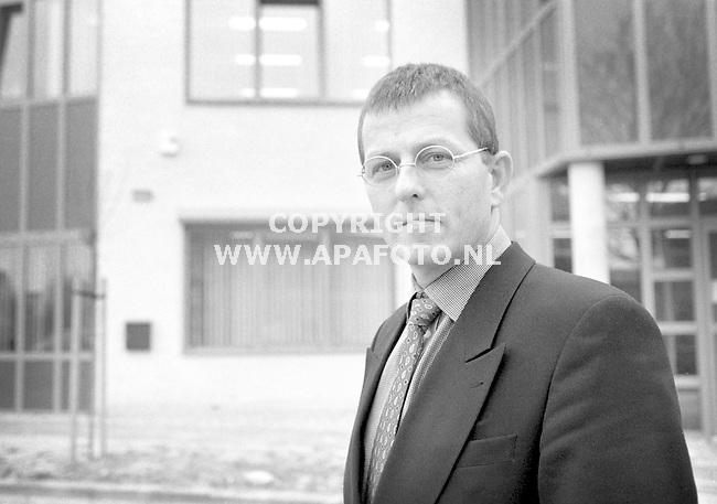 Druten,26-03-99  foto:Koos Groenewold (APA)<br />John Scholten van de firma Boonstoppel voor het pand.