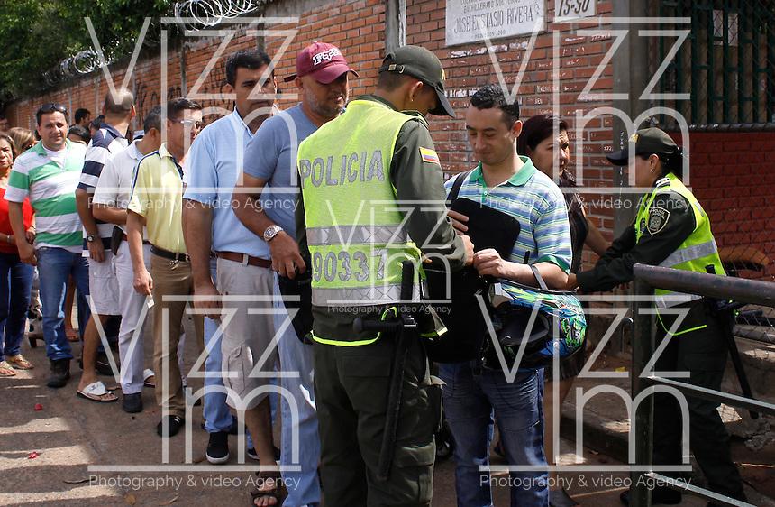 NEIVA - COLOMBIA - 02 - 10 - 2016: Ciudadanos acuden a las urnas para vota durante el Plebisto, escribiendo un nuevo capitulo en la historia del pais. Hoy los colombianos acuden a las urnas para decir SI o NO al acuerdo de Paz firmado entre el Gobierno y las Fuerzas Armadas Revolucionarias de Colombia Ejercito del Pueblo (FARC-EP) / Citizens go to the polls to vote writing a new chapter in the history of the country. Today Colombians go to the polls to say YES or NO to the peace agreement signed between the government and the Revolutionary Armed Forces of Colombia People's Army (FARC-EP) Photo: VizzorImage / Sergio Reyes / Cont.