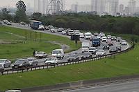 FOTO EMBARGADA PARA VEICULOS INTERNACIONAIS. GUARULHOS, SP, 14-11-2012, MOVIMENTACAO RODOVIIA AYRTON SENNA. O transito comeca ficar complicado na Rod. Ayrton Senna, sentido do Rio de Janeiro, na saida do paulistano para o feriado prolongado da Procl. da Republica. Luiz Guarnieri/ Brazil Photo Press