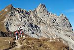 Schweiz, Graubuenden, Klosters: Wanderer vor dem Gotschnagrat, dem Hausberg Klosters | Switzerland, Graubuenden, Klosters: hiker at Gotschna mountain