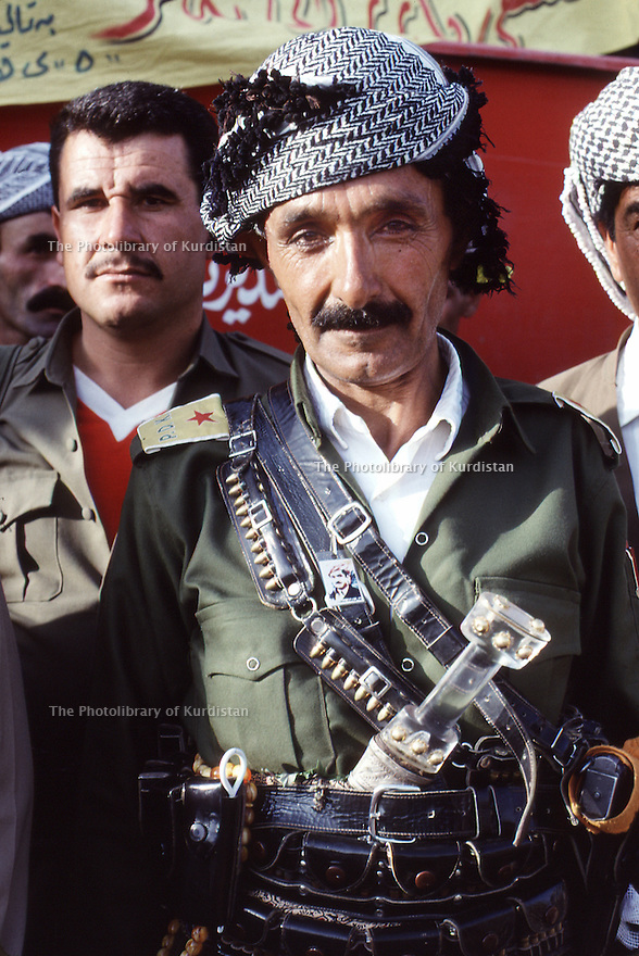 Irak 1991  Kurde peshmerga a la fête du PDK     Iraq 1991  Celebration of the 45th anniversary of KDP, a peshmerga
