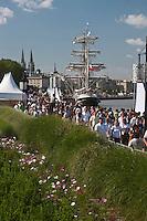 Europe/France/Aquitaine/33/Gironde/Bordeaux: Les quais du Port de la Lune  et le Belem pour la Fête du Fleuve