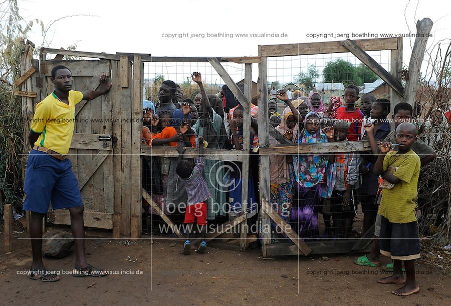 KENYA Turkana Region, UNHCR refugee camp Kakuma, where permanent 80.000 refugees from Somalia, Ethiopia, South Sudan are living, children at gate of PALUTAKA PRIMARY SCHOOL / KENIA UNHCR Fluechtlingslager Kakuma in der Turkana Region , hier leben ca. 80.000 Fluechtlinge aus Somalia Sudan Aethiopien, Kinder am Tor der PALUTAKA Grundschule