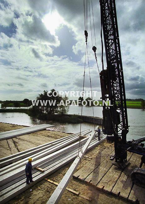 Doesburg,14-10-99  Foto:Koos Groenewold (APA-Foto)<br />Er wordt momenteel druk gewerkt aan het zg IJsselkadeproject in Doesburg.Op de foto is de heimachine te zien.<br /><br />Bij verhaal APA-Redaktie