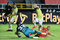 CALI - COLOMBIA, 20-09-2020: Rodrigo Ureña del América disputa el balón con Jefferson Martinez arquero y Steve Makuka del Bucaramanga durante partido por la fecha 9 de la Liga BetPlay DIMAYOR 2020 entre América de Cali y Atlético Bucaramanga jugado en el estadio Pascual Guerrero de la ciudad de Cali. / Rodrigo Ureña of America struggles the ball with Jefferson Martinez goalkeeper, and Steve Makuka of Bucaramanga during match for the for the date 9 as part of BetPlay DIMAYOR League 2020 between America de Cali and Atletico Bucaramanga played at Pascual Guerrero stadium in Cali. Photo: VizzorImage / Gabriel Aponte / Staff